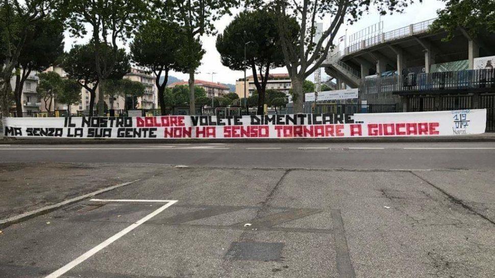 """Striscione allo stadio, Curva Nord contro la ripresa: """"Dimenticate il nostro dolore"""""""