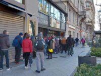 La lunga fila dei nuovi poveri per i pacchi della Caritas in centro Bergamo e Renzi in Bahrein per vedere la Formula Uno